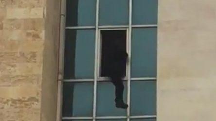 Cizre'de bir kişi, kaymakamlık binasından atladı