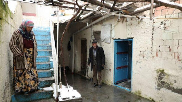 Polis yaşlı çiftin evini bastı: Tüm kapıları kırdılar, 'pardon' deyip gittiler