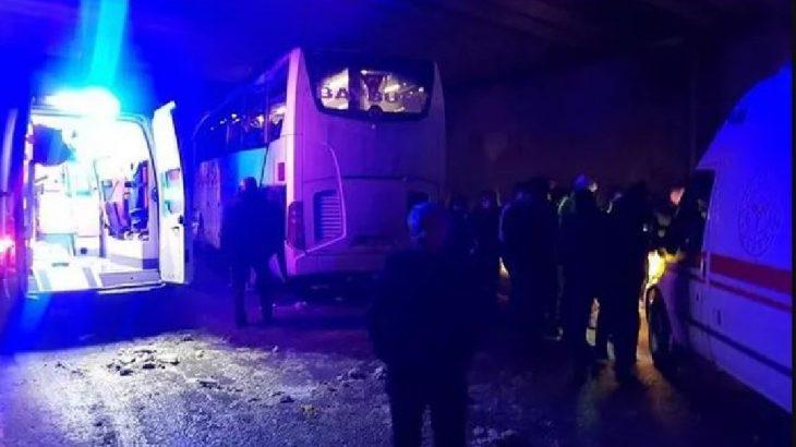 Yolcu otobüsü köprüye çarptı: Ağır yaralılar var