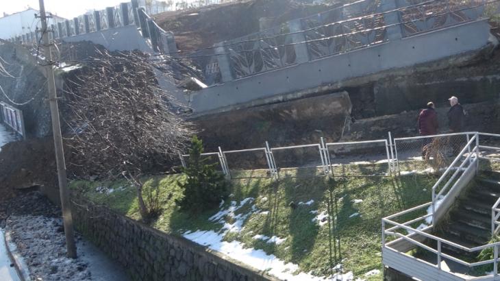 Trabzon Akçaabat'da Millet Bahçesi'nin inşa edildiği karayolu duvarı çöktü