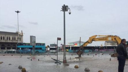 Kadıköy'de su borusu patladı: Ev ve iş yerlerine su verilemiyor