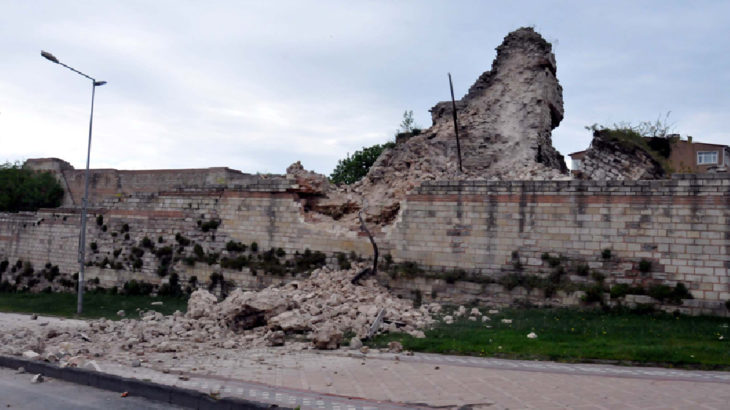 Topkapı'da tarihi surlar çöküyor!