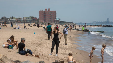 ABD'de yasaklara ve koronavirüse aldırmayan halk plajlara akın etti