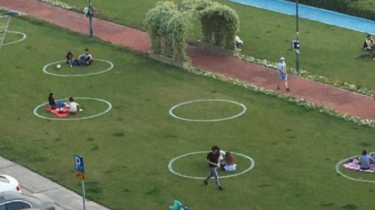 İzmir'de 'çember'li fiziki mesafe uygulaması başladı