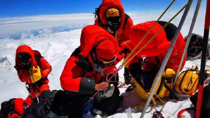 Everest'in yüksekliğini ölçecek Çinli ekip zirveye ulaştı