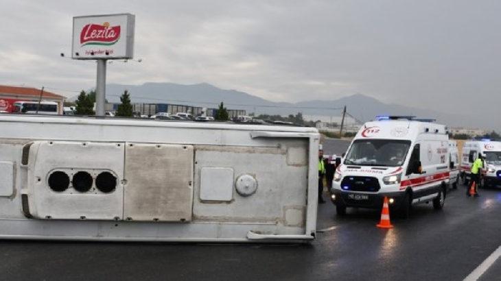 İzmir'de tarım işçileri taşıyan servis devrildi