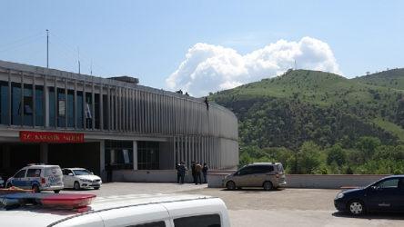 Karabük'te bir vatandaş yardım alamadığı iddiasıyla Valilik çatısında intihar girişiminde bulundu