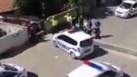 VİDEO   Yine polis şiddeti: Şerefsizler içeriye girsenize!