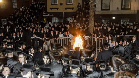 İsrail'de yüzlerce kişi 'sosyal mesafe'siz ayinde buluştu