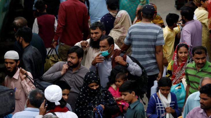 Pakistan'da sınırlamalar gevşetilince sokaklar doldu taştı