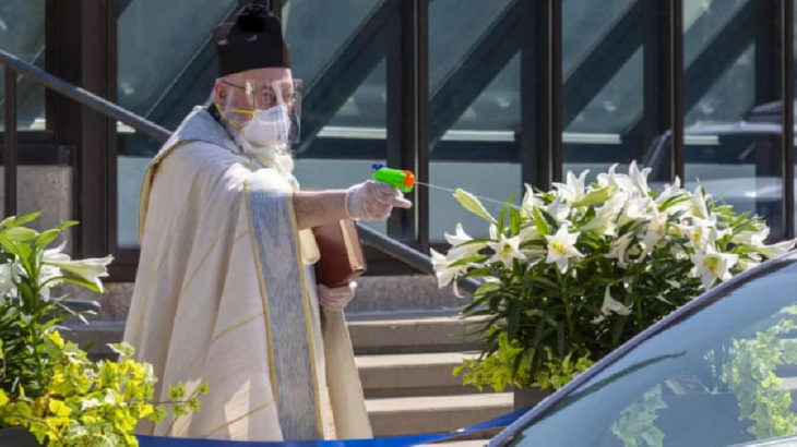ABD'de papaz, cemaatini su tabancasıyla 'kutsadı'