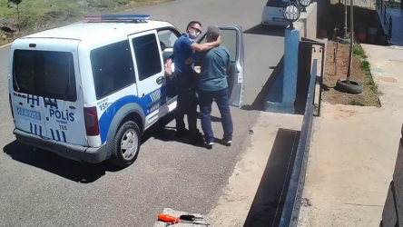 Urfa Siverek'te polis maskesiz gördüğü öğretmeni ensesinden tutup darp etti