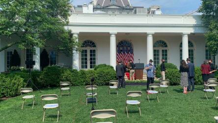 Beyaz Saray'daki basın toplantısında gazetecilere sosyal mesafeye gerek yok
