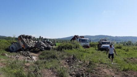 Beton mikseri işçi servisine çarptı: Ölü ve yaralılar var