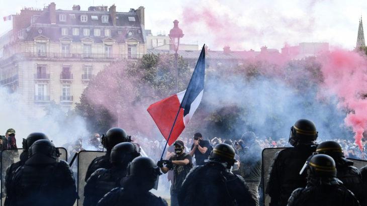 Fransa'da sağlık çalışanlarının düzenlediği protestolara polis müdahale etti