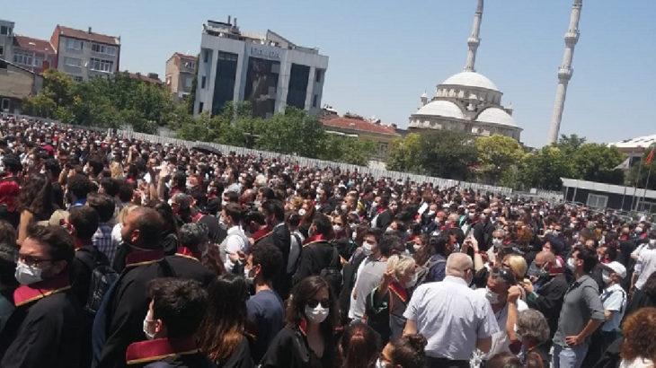 Savunma ayakta: Yüzlerce avukat Çağlayan Adliyesi önünde