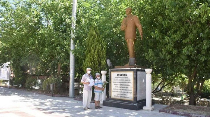 Atatürk anıtına çiçek bırakmak suç sayıldı!