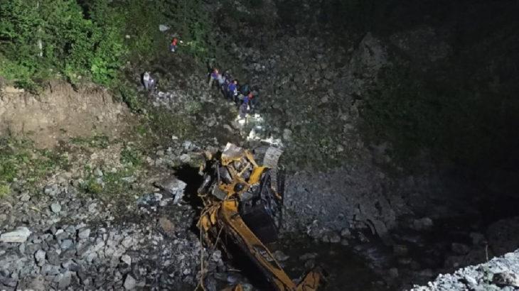 İş makinesi uçurumdan yuvarlandı: 2 işçi hayatını kaybetti