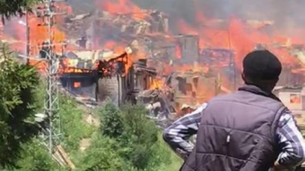 Artvin'de büyük yangın: Onlarca ahşap ev yandı