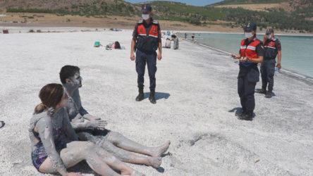 Valilik Salda Gölü'nde çamur banyosunu yasakladı