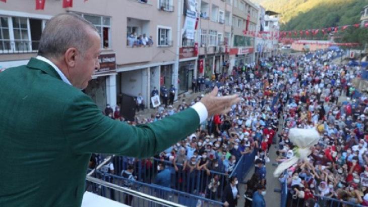 Erdoğan çay dağıttı: ''Sosyal mesafe'' hiçe sayıldı