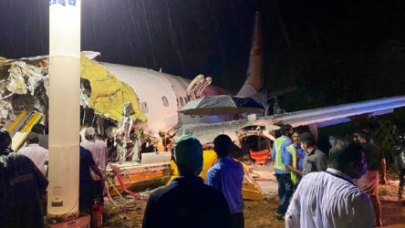 Hindistan'da yolcu uçağı iniş sırasında pistten çıktı ikiye bölündü