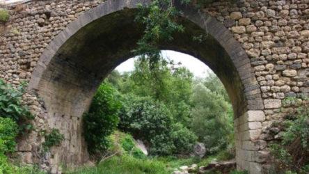 Tarihi köprü defineciler tarafından tahrip ediliyor