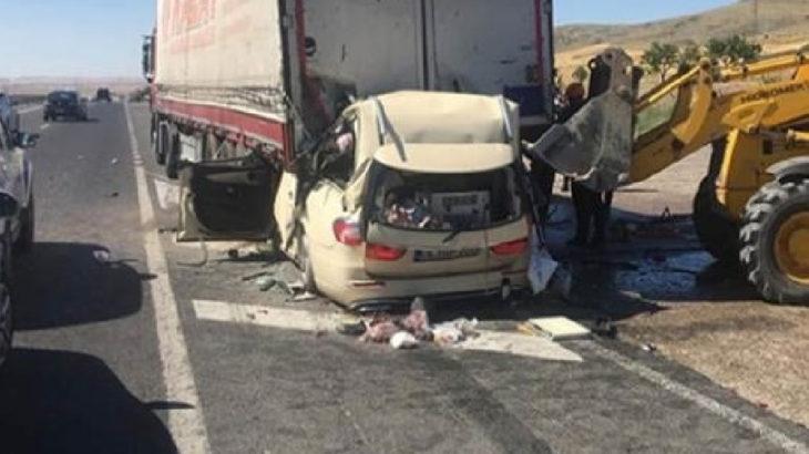 Park halindeki TIR'a arkadan çarpan otomobilde 5 kişi hayatını kaybetti