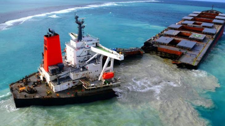 Mauritius Adası'nda karaya oturan 4 bin ton petrol taşıyan tanker ikiye bölündü