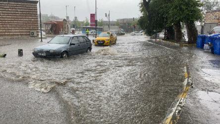Beşiktaş'ta sağanak yağıştan dolayı yol çöktü: Araç çukura düştü