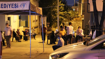 Koronavirüsten ölen kişinin evinin önüne taziye çadırı