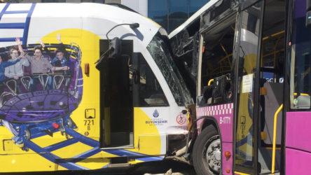 Kabataş'ta tramvay halk otobüsüne çarptı: Yaralılar var