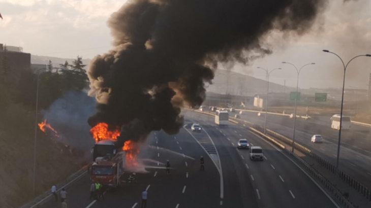 Gebze'de seyir halindeki yolcu otobüsü alev aldı