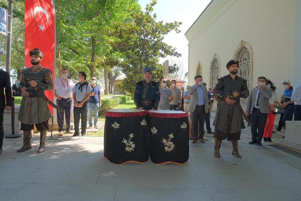 Askerlere 'Alp' kıyafeti giydirip türbede ''saygı nöbeti''ne başlattılar |  Gazete Manifesto