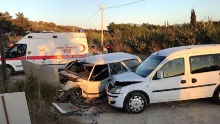 Aydın Kuşadası'nda iki otomobil kafa kafaya çarpıştı, 2 yaralı