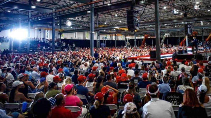 Trump'a da yasak yok: Kapalı alanda miting düzenledi