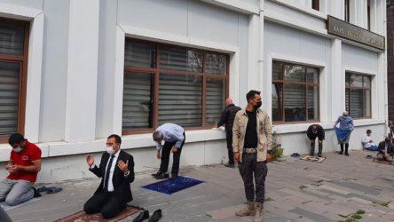 Kayyım olarak atanan Kars Valisi, polis eşliğinde belediyenin önünde namaz kıldı