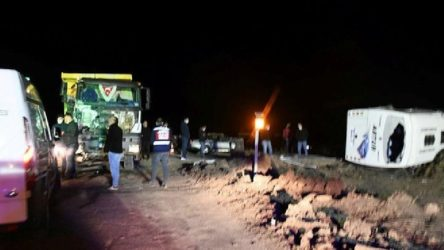 İşçi servisi kamyonla çarpıştı: 1 işçi öldü, 14 yaralı