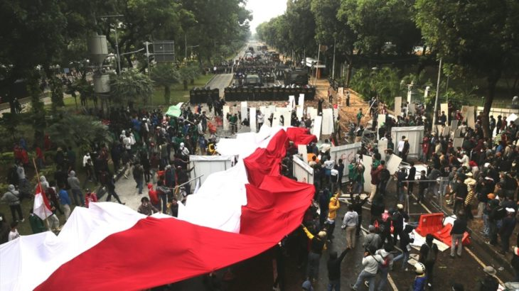 Endonezya'da genel grev 3. gününde: Sivil giyimli paramiliter çeteler halka saldırıyor