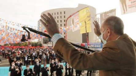 AKP'den sosyal mesafe şovu: Önlem yalnızca protokole ve ön sıralara!