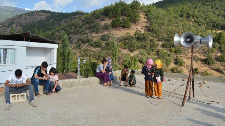 Cami damı, internetin çektiği tek yer: Çocuklar ders için oraya çıkıyor