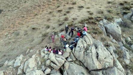 Öğrenciler EBA'ya ulaşmak için 2500 rakımlı tepeye tırmanıyor