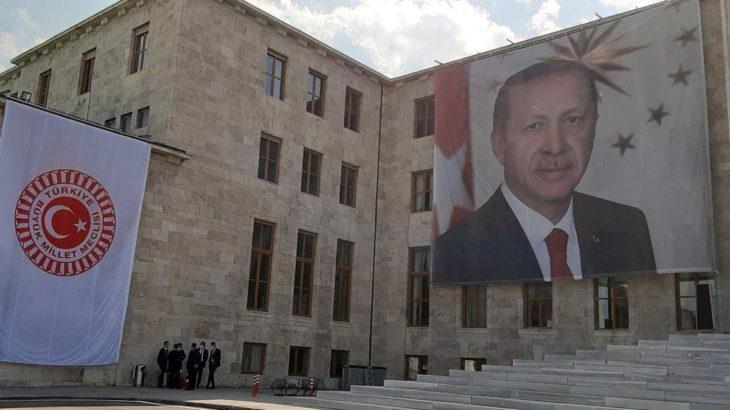 Yeni yasama yılı açılışında TBMM Şeref Kapısı'na dev Erdoğan posteri