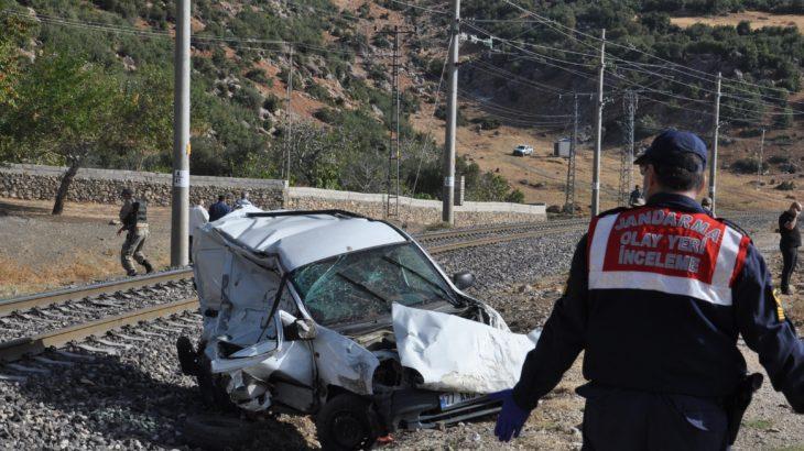 Trenle araç çarpıştı: 1'i çocuk 2 ölü