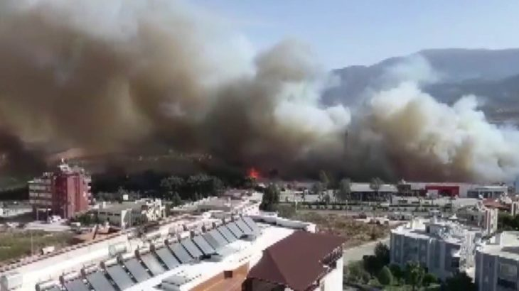 Hatay'daki orman yangını kente sıçradı!