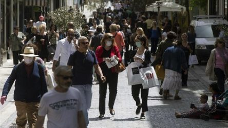 Yunanistan yeniden karantinaya giriyor