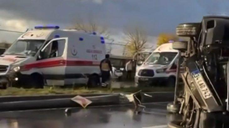 Başakşehir'de servis devrildi: 14 işçi yaralandı