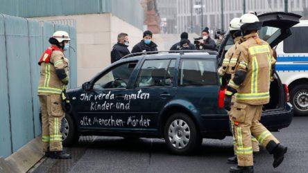 Merkel'in çalışma ofisinin bulunduğu bina kapısına araç çarptı