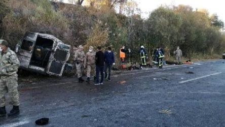 Van'da göçmenleri taşıyan minibüs devrildi: 2 ölü, 22 yaralı