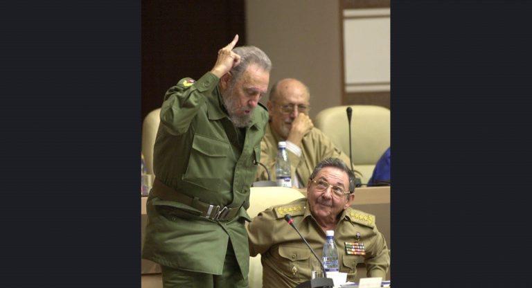 Castro, Küba Anayasası üzerindeki bir değişikliğe oy verirken, kardeşi ve Savunma Bakanı olan Raul Castro onu izliyor. Havana, 26 Haziran 2002.